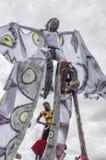 Un échasse-marcheur féminin qualifié réchauffe pour la concurrence à la savane de parc du ` s de reine à Port-d'Espagne 2 Photos libres de droits