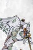 Un échasse-marcheur féminin qualifié réchauffe pour la concurrence à la savane de parc du ` s de reine à Port-d'Espagne III Photo stock