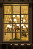 Un éclairage classique dans une fenêtre de boutique d'éclairage la nuit, Noël commercial de décoration de maison de décoration de Photo stock