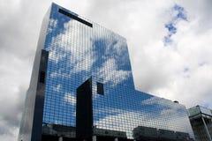 Un édifice à Rotterdam, reflétant le ciel Image stock