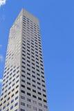 Un édifice haut dans une ville, gratte-ciel contre le ciel bleu Photographie stock