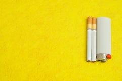 Un égaré avec des cigarettes et un ligther image libre de droits