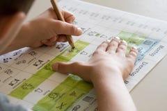 Un élève colorant un horaire Images libres de droits