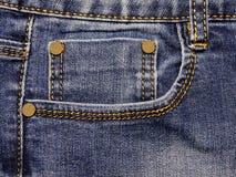 Un élément d'habillement de denim Coutures assignées avec un thre jaune images libres de droits