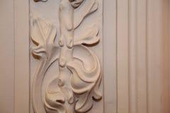Un élément de la décoration de stuc du hall de palais Une conception florale Photo stock