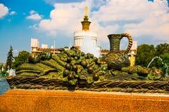 Un élément sculptural sous forme de cruche et fruit et pavillon L'ENEA, VDNH, VVC Moscou, Russie Image stock