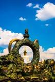Un élément sculptural sous forme de cruche et fruit et pavillon L'ENEA, VDNH, VVC Moscou, Russie Image libre de droits