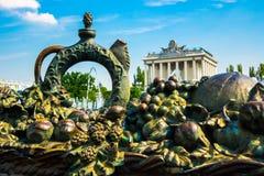 Un élément sculptural sous forme de cruche et fruit et pavillon L'ENEA, VDNH, VVC Moscou, Russie Images libres de droits