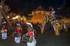Un éléphant de cérémonial défile après le temple de la relique sacrée de dent à Kandy dans Sri Lanka Image stock