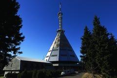 Un émetteur de télévision sur la montagne noire, (Tchèque : Cosse Snezkou de Krkonose, de PEC), la partie nord de la République T Images libres de droits