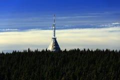Un émetteur de télévision sur la montagne noire, (Tchèque : Cosse Snezkou de Krkonose, de PEC), la partie nord de la République T Image libre de droits
