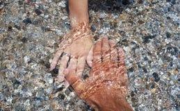 Un épluchage des mains couvertes avec de l'eau Images stock