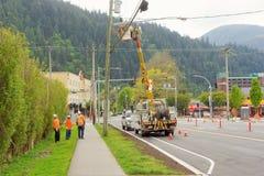 Un équipage de travail à une intersection nouvellement construite dans Harrison Hot Springs, Canada Photos stock