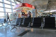 Un étalage de livres dans la salle d'attente à l'aéroport international Moscou de Vnukovo - juillet 2017 Photographie stock