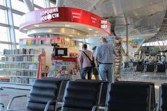 Un étalage de livres dans la salle d'attente à l'aéroport international Moscou de Vnukovo - juillet 2017 Image libre de droits