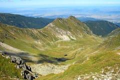 Un étang minuscule dans les montagnes. Image stock
