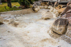 Un étang sec à une station de vacances Image stock