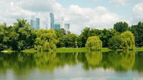 Un étang sur le fond des gratte-ciel de ville banque de vidéos