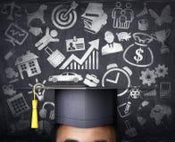 Un étudiant de troisième cycle sur le fond d'un conseil pédagogique Équipez les pensées du ` s peintes sur un conseil pédagogique Photo stock
