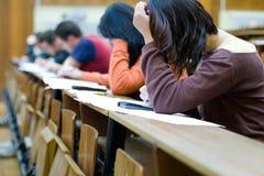 Un étudiant essayant de tricher sur les examens Images libres de droits