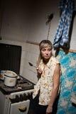 Un étudiant est dans un dortoir. Image stock