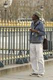 Un étudiant marchant à Paris Photo libre de droits