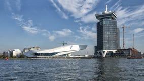 """Un """"film Institue de dam Toren et d'OEIL sur le rivage du nord d'Amsterdam a photographié d'un bateau de visite, Pays-Bas image stock"""
