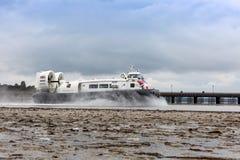Un aéroglisseur quitte le port de Ryde sur l'île du Wight Images libres de droits