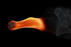 un aérolithe avec de la fumée sur le noir Photos libres de droits