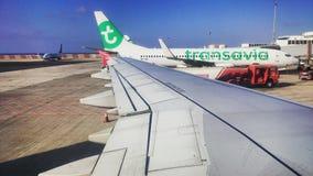 Un aéroport avec un avion et une aile en Espagne Photo libre de droits