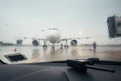 Un aéroport occupé sous la pluie Image stock