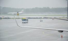 Un aéroport sous une pluie torrentielle images stock