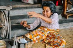 Un aîné de Padaung fonctionnant à côté du tissage au lac Inle Photo libre de droits