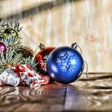 Un Año Nuevo, la Navidad Decoraciones de la Navidad, bolas multicoloras y regalos con un árbol de navidad en un fondo de madera c Imagen de archivo libre de regalías