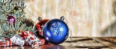 Un Año Nuevo, la Navidad Decoraciones de la Navidad, bolas multicoloras y regalos con un árbol de navidad en un fondo de madera c Foto de archivo libre de regalías