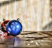 Un Año Nuevo, la Navidad Decoraciones de la Navidad, bolas multicoloras y regalos con un árbol de navidad en un fondo de madera c Imagen de archivo