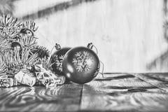 Un Año Nuevo, la Navidad Decoraciones de la Navidad, bolas multicoloras y regalos con un árbol de navidad en un fondo de madera c Foto de archivo