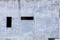 Un abandono reparó la pared agrietada en la segunda planta del edificio del abandono preparada para pintar La pared fue cubierta  Fotografía de archivo libre de regalías
