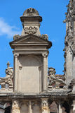 Un abbaino ed i modelli scolpiti decorano la facciata della chiesa di trinità in Falaise (Francia) Immagini Stock Libere da Diritti