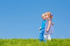 Un abbraccio dei due bambini Fotografia Stock Libera da Diritti