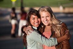 Un abbraccio dei due migliori amici Fotografia Stock