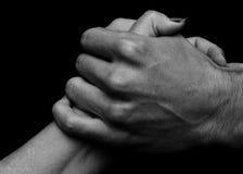 Un abbraccio di due mani Fotografia Stock Libera da Diritti