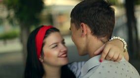 Un abbraccio e un bacio di due amanti archivi video