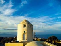 Un'abitazione di riva dell'oceano in Santorini, Grecia fotografia stock