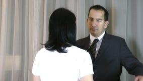 Un abrazo del marido su esposa triste almacen de video