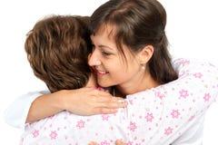 Un abrazo mayor de la mujer y del cuidador imagen de archivo