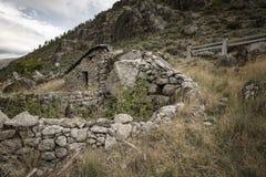 Un abri pour des bergers et corral à côté de Manteigas images stock