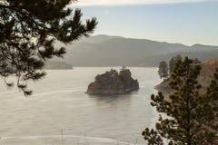 Un acantilado en un lago Imagenes de archivo