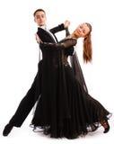 Un accoppiamento charming balla in belli vestiti Fotografie Stock Libere da Diritti