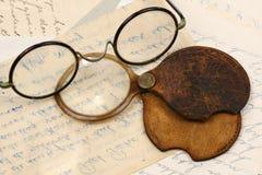Un accoppiamento degli occhiali e di una lente d'ingrandimento Immagine Stock